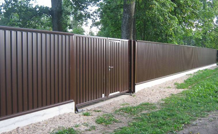 Забор с профнастила
